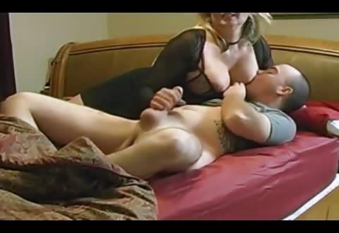 Amateur seks actrice weet haar volledige tieten prima te gebruiken