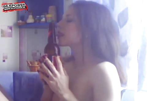 Ze likt het wild van de fles waarmee ze mastubeerd