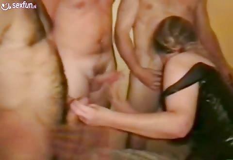 In deze gangbang trekt ze met 2 handen af pijpt en laat zichzelf seksen