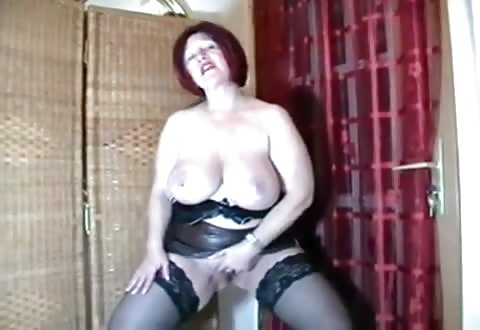 Geile huisvrouw in latex mastubeerd haar geschoren poes