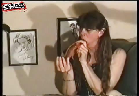 Kijk hoe hitsig zij de vette kunstpenis in haar mond steekt