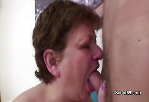 Deze gozer laat zichzelf zuigen en naait de mama van zijn gozer anal