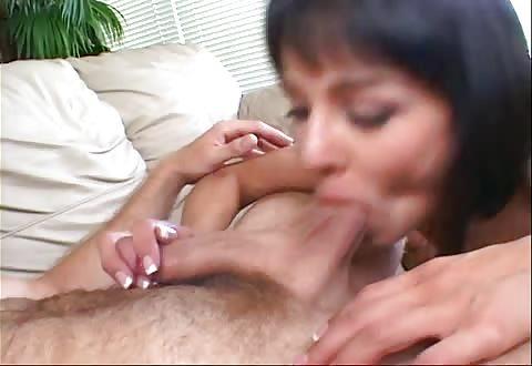 Appetijtelijke bitch gebruikt handen en bekkie om zijn lid te plezieren