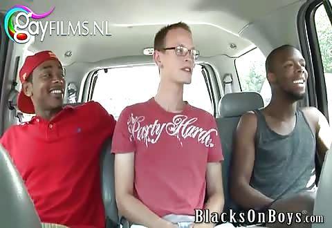 Hij zuigt de twee zwarte penissen en laat zijn blanke poeper batsen