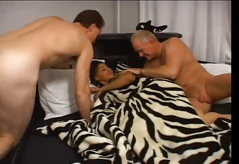 Twee mature jongens laten zichzelf zuigen en berijden de halfbloed