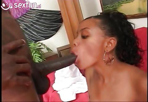 Kijk hoe de neger plasser in haar mond stijf word