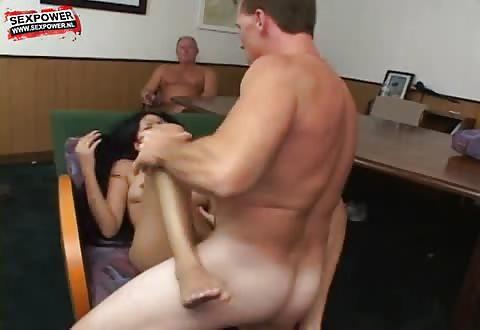 Een groep oudere mannen soppen een aziatisch deerntje