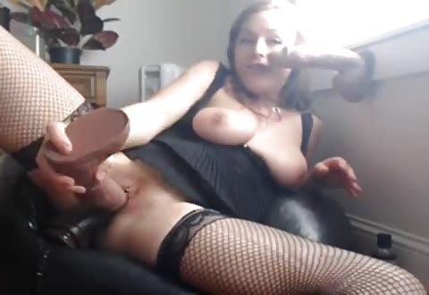 Zwoel webcam hoertje naait 2 dildos