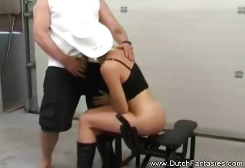 Na de neukmachine zuigt zij de echte penis en word met de vuist en zijn lid aangeduwd
