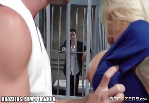 Zijn wulps dame naait de gevangene tegenover hem