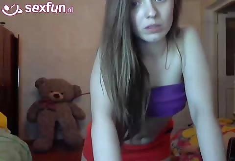 lesbische tiener dames geven een striptease voor de cam