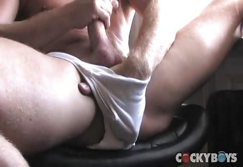Aantrekkelijke gespierde gozer masturbeert met anaal clitsjoelen