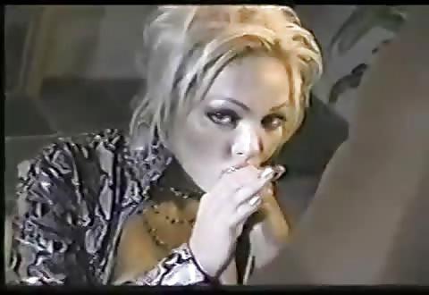 Geil kijkend in de videocamera geeft zij de flinke jongeheer een blowjob beurt