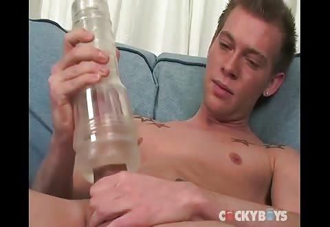 Met een porno toy masturberen en de ster doorneuken met de dildo