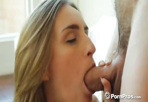 Na het zuigen op de ijslolly pijpt zij de stijve penis en word aangeduwd