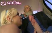 Vader Abraham haalt een grote smurf uit zijn broek