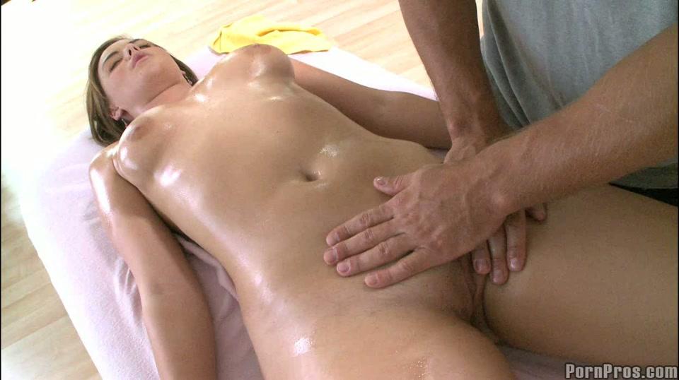 De masseur masseert haar venus heuvel haar vulva en haar vagina