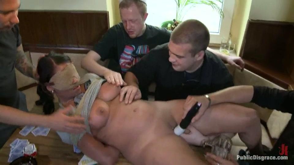 Een groep mannen neuken teef in het openbaar