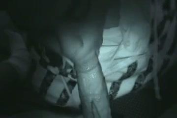 Zijn vriendin pijpt hem in het donker en hij filmt het op nightvision