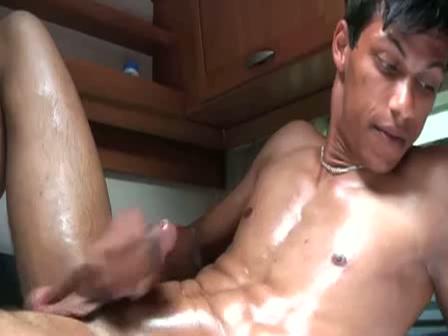 Met olie ingesmeerde homo rukt zichzelf af