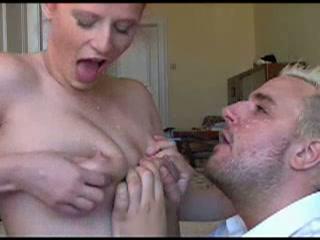 Zijn vrouw wilt een prive film van haar melk spuitende tieten
