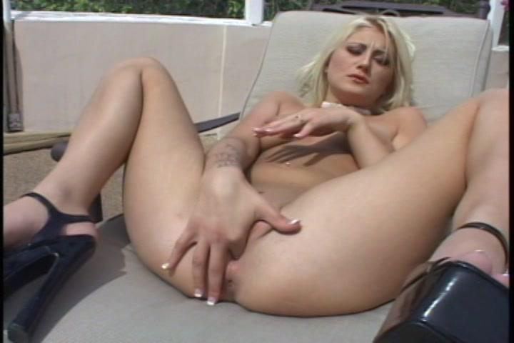 Ze stopt de vinger in de kut die net een orgasme heeft gehad