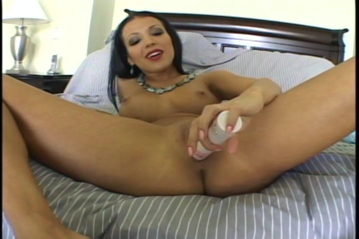 Met de vibrator mastubeerd ze haar kut en anus en krijgt een orgasme