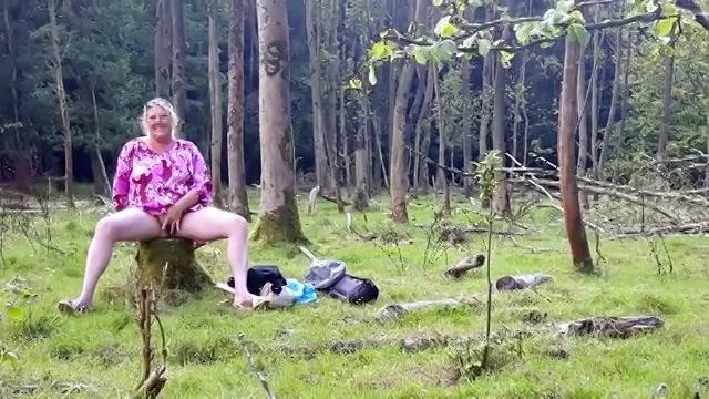 Mastuberend met de vibrator in het bos word ze onder gepist en pijpt ze de stijve lul