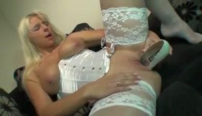 Geile blondine in sexy lingerie mastubeerd met een hoge hak schoen