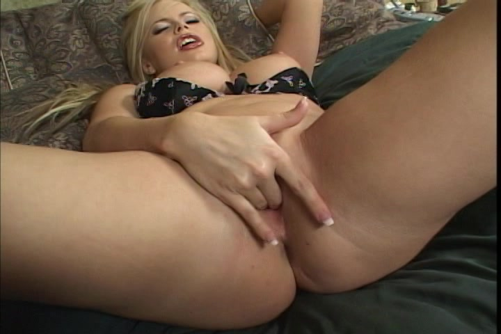 Mooie rondborstige blondine in sexy lingerie mastubeerd tot een orgasme