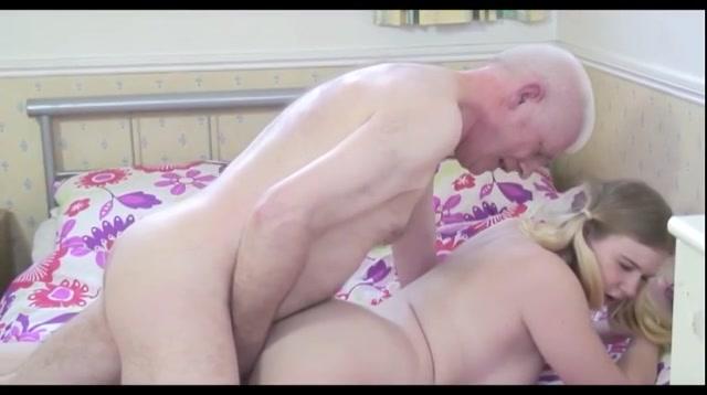 Kijk hoe het meisje de grote lul van de oudere man pijpt en zich laat neuken