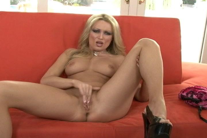 Geil blondje geilt je op in sexy lingerie en mastubeerd