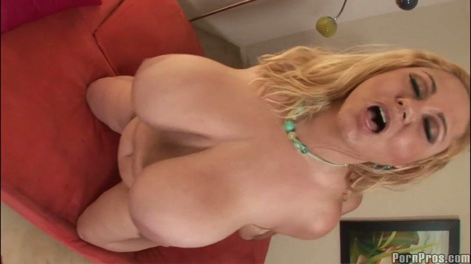 Blonde senioren slet met enorme grote tieten neuken