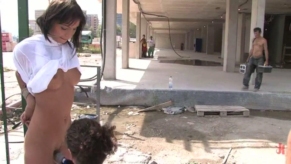 Onderdanige geile slet vastgebonden op een bouwplaats en geneukt voor de ogen van de bouwvakkers