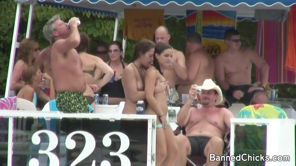 Geile meiden in bikini springen het water in