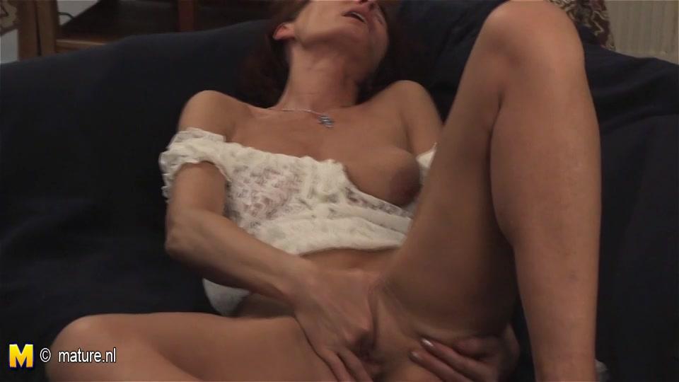 Geile oma masturbeert met een dildo