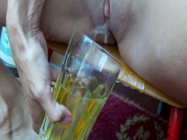 De sloerie pist het glas vol en drinkt hem leeg
