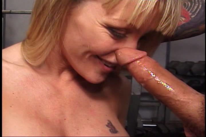 Ze zuigt en zuigt tot hij op haar mond klaar komt