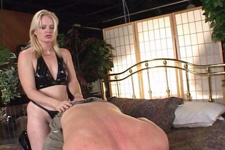 Seksuele fantasie van man word bewaarheid, anaal ontmaagd door Mistress Emerald