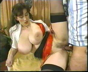 Haar grote tieten schudden als hij haar kut en anus neukt
