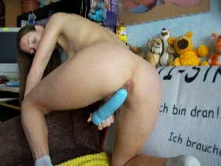 Het meisje neukt haar kut met een grote vibrator