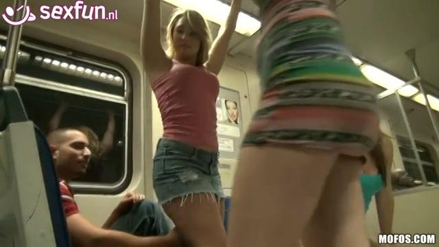Stoute tiener meisjes in de metro