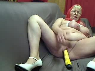 Geile oma mastubeerd met een vibrator haar oude kut