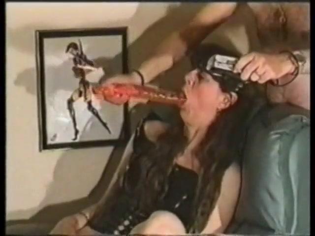 Meerdere keren neukt ze haar mond diep met de grote dildo
