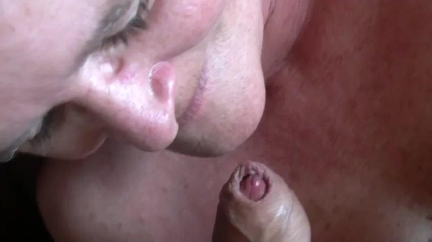 Hij trekt zich af en spuit de mond van de oma vol sperma