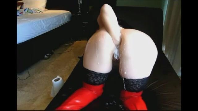 In haar latex pakje vuist neukt ze haar anus