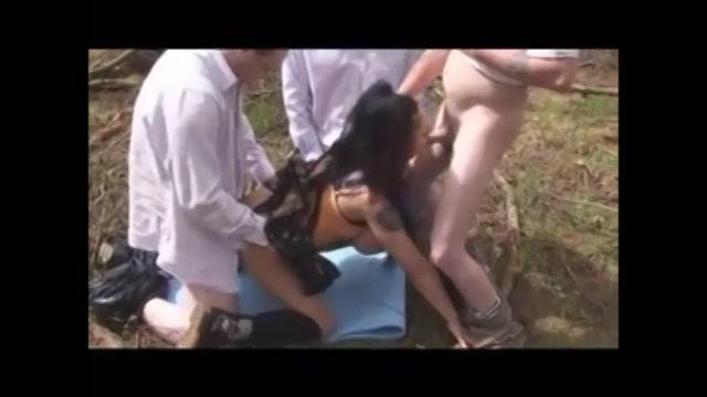 De meid met de dikke tieten heeft buiten sex met meerdere mannen