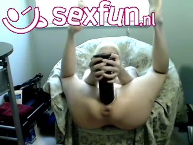 Blondje neukt haar anus en kut met een grote dildo