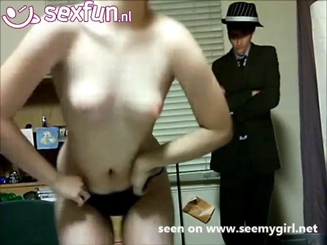 Meisje geeft een striptease voor de webcam