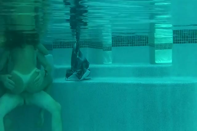 Het meisje laat zich onder water neuken door de oudere man
